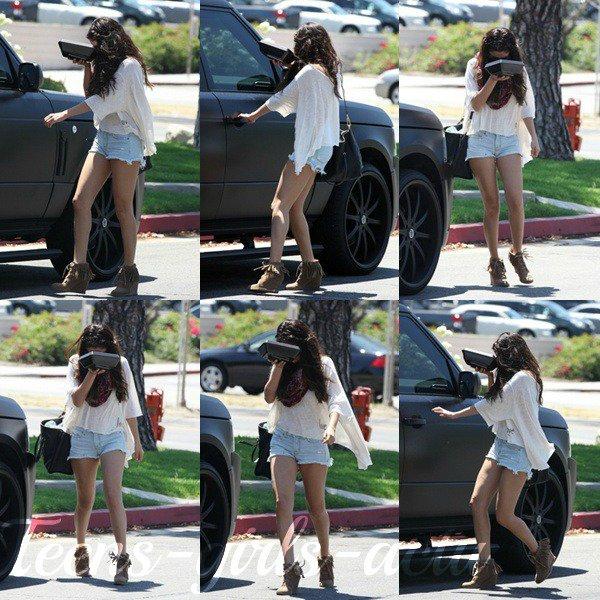 05.08 : Selena & Justin sont allés manger au restaurant BJ dans Woodland Hills