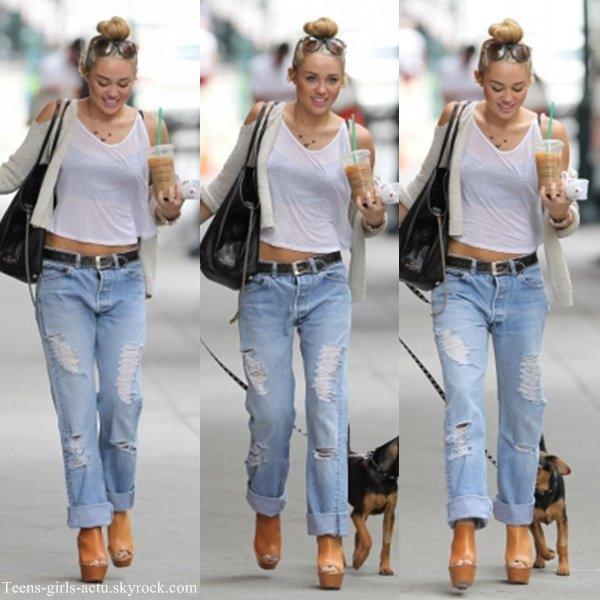 07/08 : Miley a été aperçue se promenant avec Happy & une boisson à la main dans les rues de Philadephie