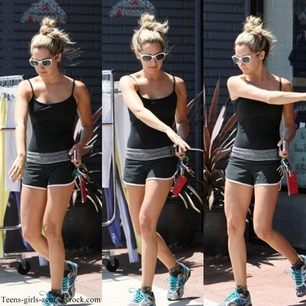 08/08 : Ashley quittant son cours de danse au Millenium à L.A