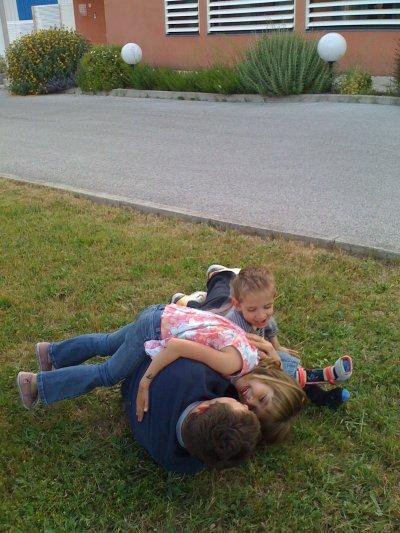 Petit moment de complicité entre Jessy et Enzo ( ainsi qu'Emma la soeur jumelle d'Enzo)