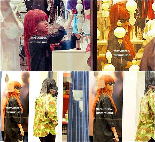 . 02.03: RiRi a été aperçue faisant du shopping avec sa meilleure amie Melissa dans le centre commercial « Westfield » à Sydney. Elle a visité un magasin de sous-vêtements, ainsi qu'une boutique Christian Louboutin, et a fini sa journée en dînant dans un restaurant italien.  .