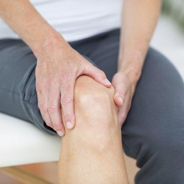 Gonalgie : définition, symptômes et causes. Les douleurs du ou des genoux, ou gonalgies, sont un symptôme très courant. Elles peuvent survenir brutalement après un traumatisme, comme une fracture ou une entorse. Dans les autres cas, elles apparaissent plus progressivement et ont une cause mécanique ou inflammatoire.