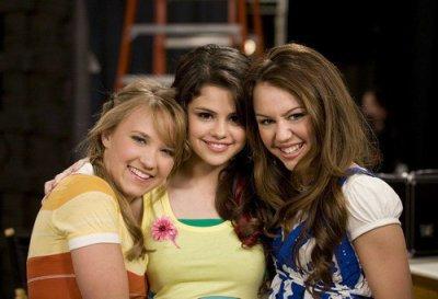 Emily Osmont Selena Gomez et Miley Cyrus