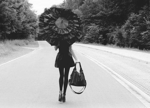 « Sur les flots, sur les grands chemins, nous poursuivons le bonheur. Mais il est ici, le bonheur.  »