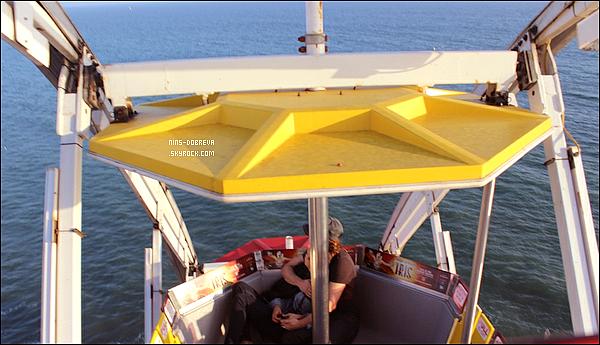 *  20/06 : Nina Dobrev & Ian Somerhalder ont été vus se baladant en amoureux, à Santa Monica.      Je suis carrément fan de ce couple, ils sont supers mignons ensemble et puis maintenant ils ne se cachent plus (enfin haha) !   *