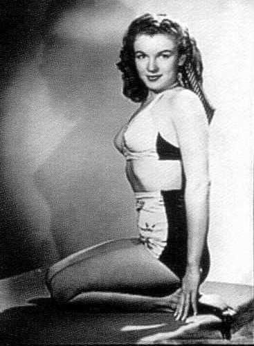 Norma Jeane posed in swimsuits (1945)