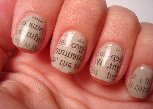 Les ongles avec des écritures