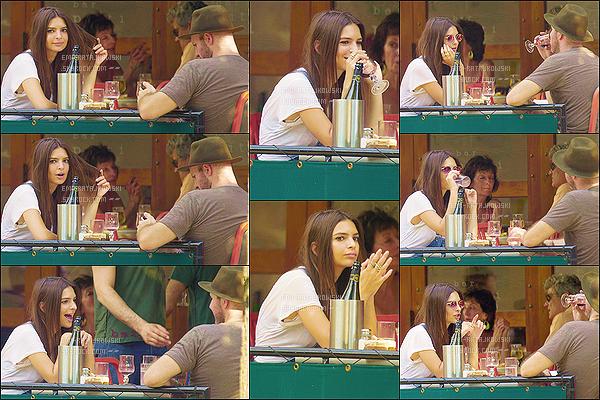 . 16/08/2015 - Emily a été repérée alors qu'elle est allée déjeuner au « Bar Pitti » situé dans New-York. Emily a déjeuné en tête-à-tête avec son petit-ami, Jeff Magid. Je trouve Emily R. très jolie dans cette salopette. - C'est un très beau top ! .