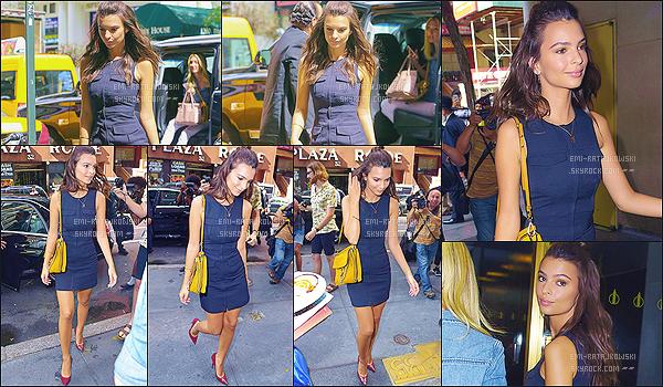 . 19/08/2015 - Emily Ratajkowski s'est rendue dans les locaux du « The Today Show » à New-York. C'est donc, plus magnifique que jamais, qu'Emily arrivait dans les studios NBC. J'aime beaucoup la tenue que porte Emi. - C'est un gros top ! .