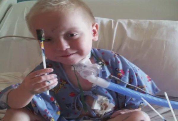 Ce jeune garçon entre d'urgence à l'hôpital… Attendez de voir ce qu'un médecin découvre sur la Radio !