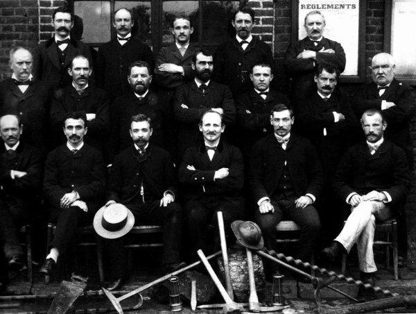 Groupe de cadres des mines photographiés vers 1900.