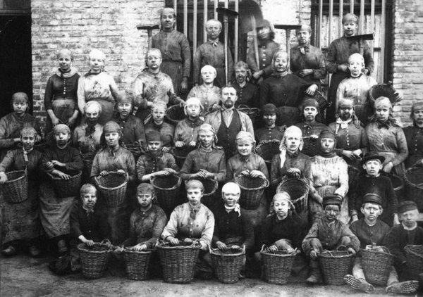 Groupe de trieurs et trieuses de charbon à la fin du XIX ème siècle.