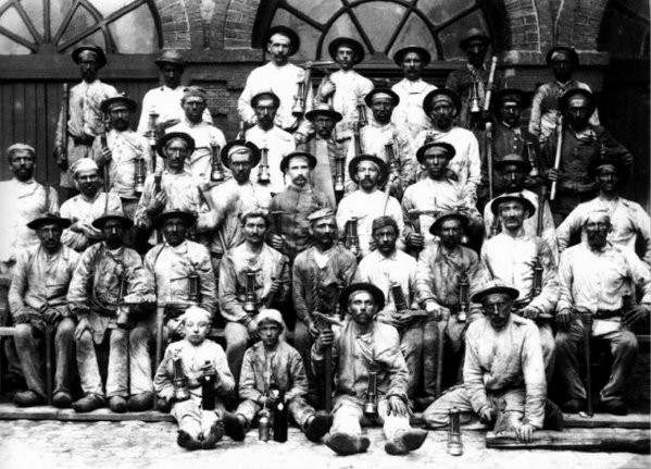 Groupe de mineurs de la fosse N° 3 de Lièvin à la fin du XIX ème