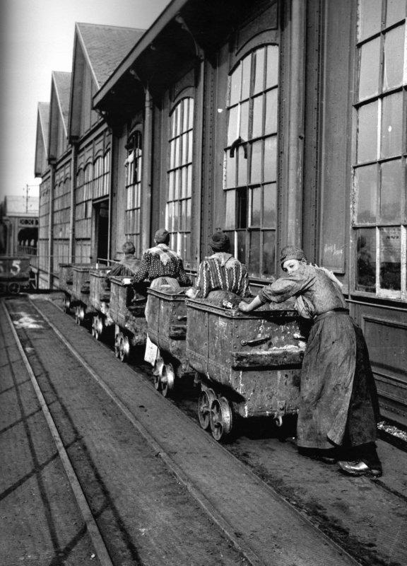 Rouleuses de berlines au jour au début du XX ème, fosse N° 5 de Divion.