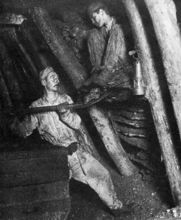 Photo du fond des mines de Carvin en 1902: Le chargement