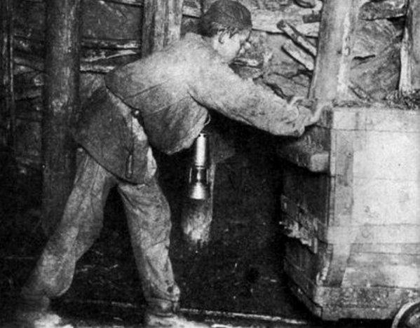 Photo du fond des mines de Carvin en 1902: Le rouleur.