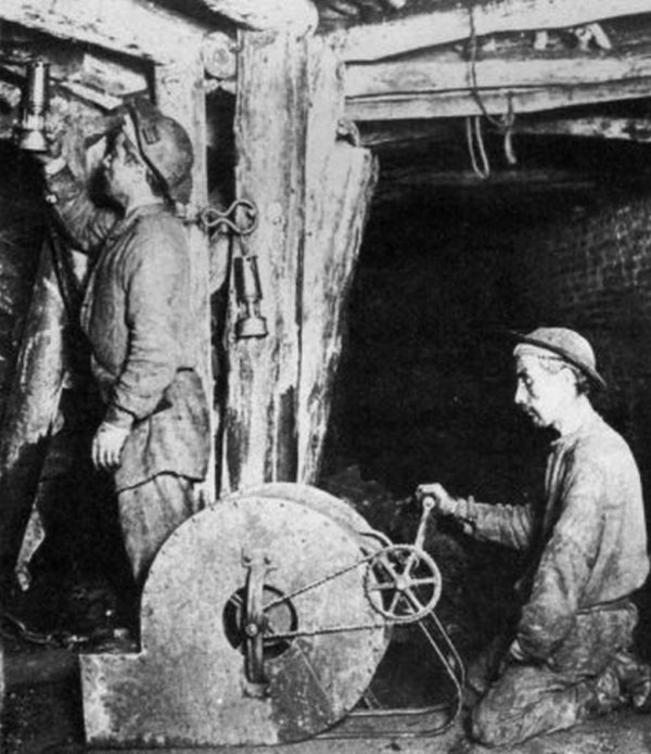 Photo du fond des mines de Carvin en 1902: Evacuation du grisou.