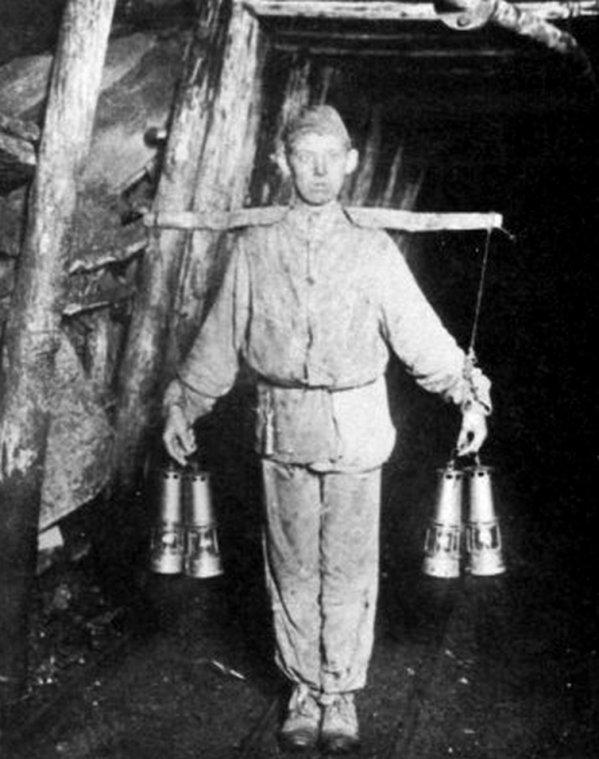 Photo du fond des mines de Carvin en 1902: Le porteur de lampes.