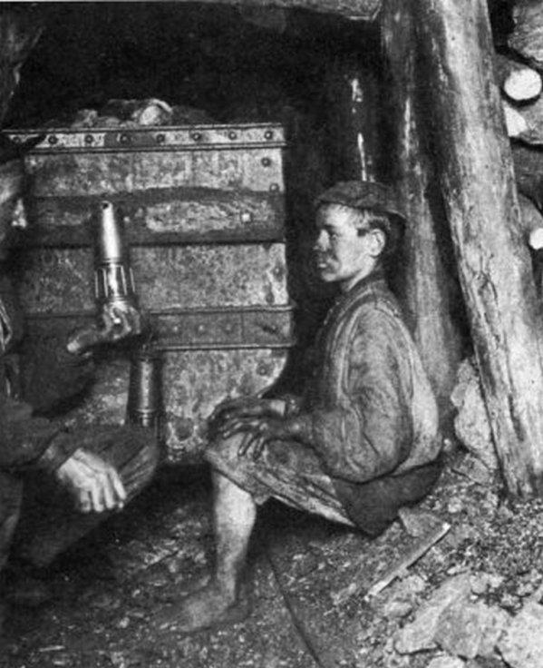 Photo du fond des mines de Carvin en 1902: Le rouleur et le surveillant.