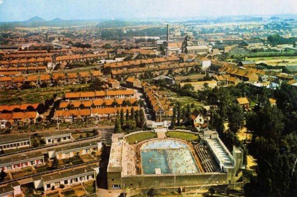 Vue ancienne de Bruay en Artois: Piscine et quartier de la fosse N°4 en 1959.