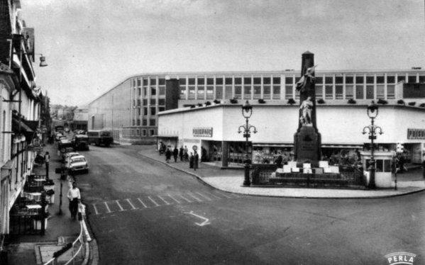 Vue ancienne de Bruay en Artois: Place du Cercle dans les années 60.