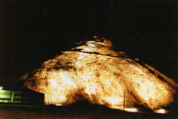 Terril du N° 3 de Bruay en Artois illuminé un jour de Sainte Barbe dans les années 80.
