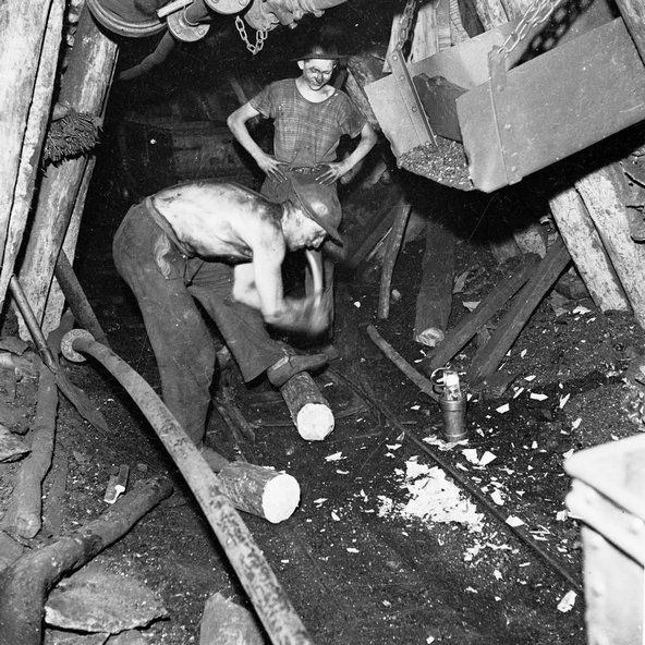 Préparation des bois d'étayage ou boisage années 1920.