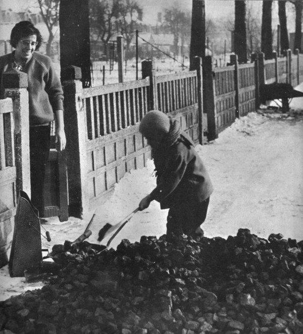 Rentrée du charbon, corons de Bruay en Artois en 1966