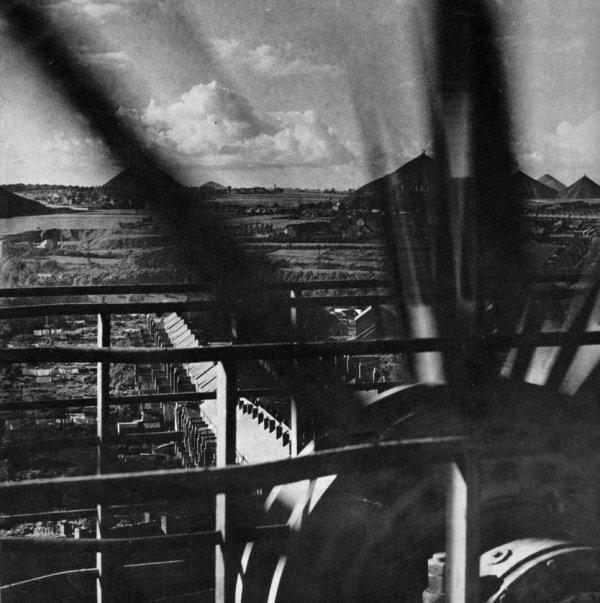 Paysage minier du groupe Auchel - Bruay, vu depuis le chapeau d'un chevalement en 1965.