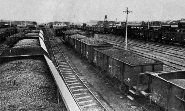Triage et expédition du charbon par chemin de fer. à Fouquereuil en 1963.