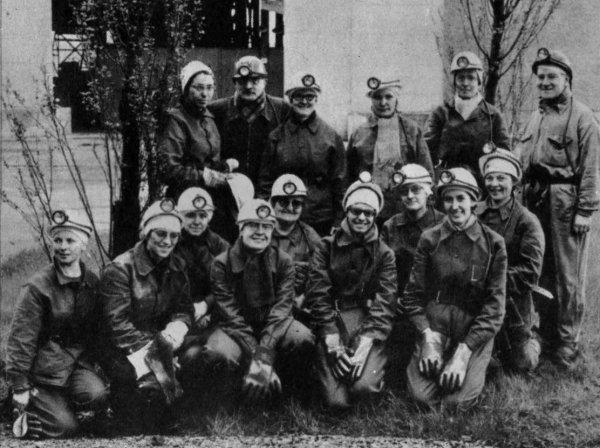 Un groupe de femmes au fond en 1964.