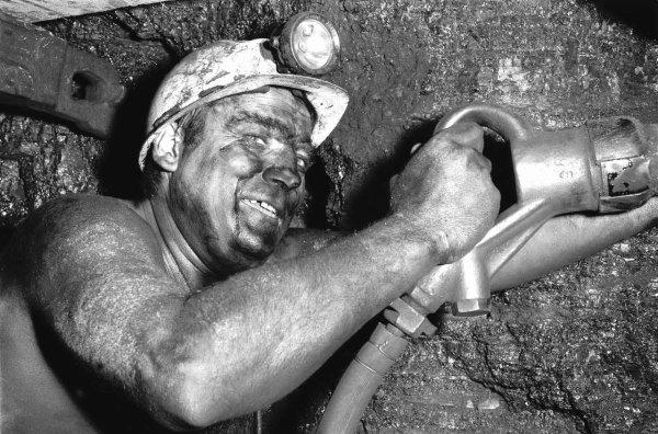 Gueule noire à l'abattage au piqueur années 1950.