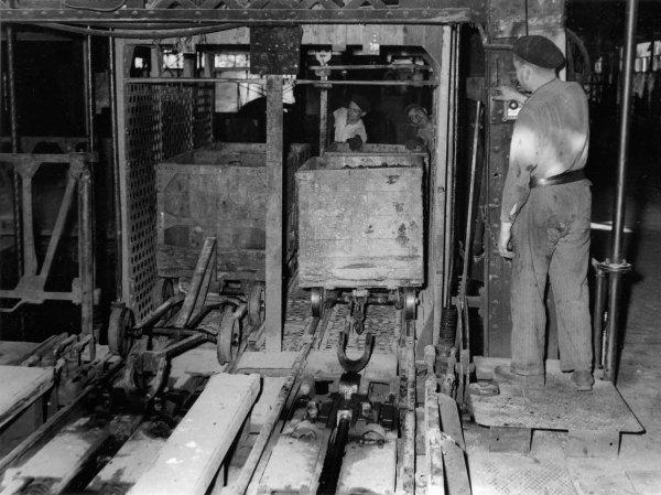 Remontée des berlines de charbon à la recette du jour années 1940.
