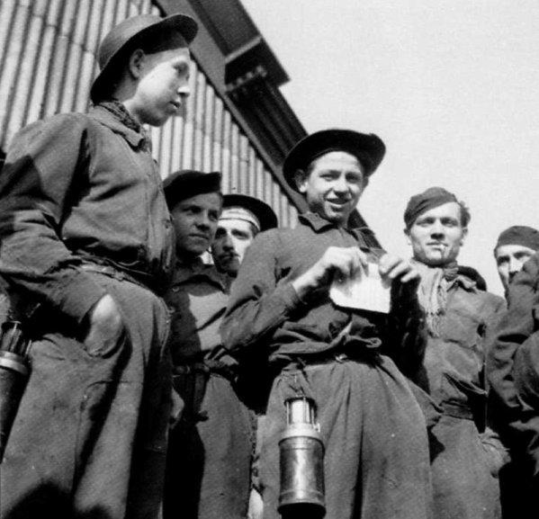 Groupe de jeunes galibots au jour, début des années 1950.