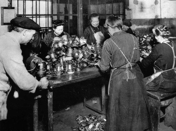 A la lampisterie - annés 1920