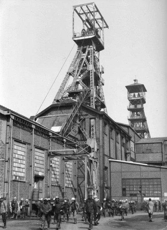 Remontée des mineurs à la fosse d'Estevelles dans les années 1970.