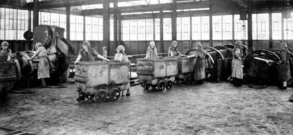 Hercheuses au travail aux environs de 1925.