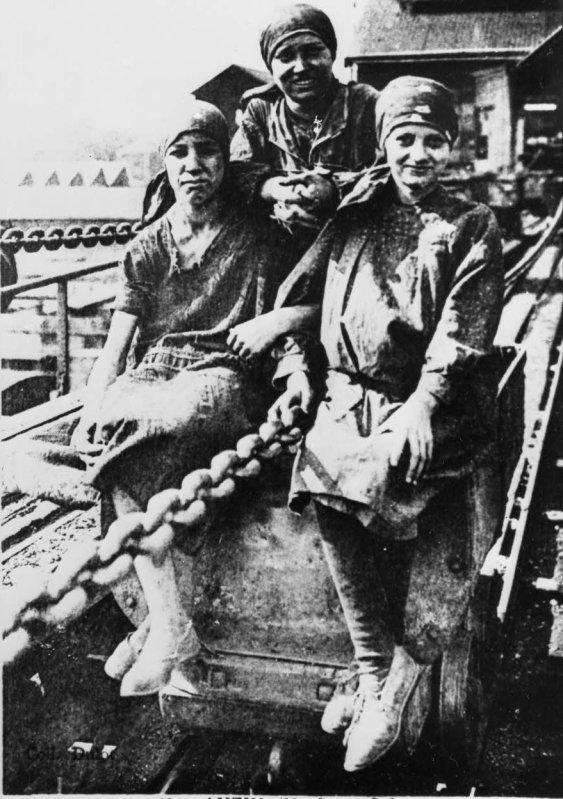 Groupe de hercheuses sur une station de mise à terril vers 1910.