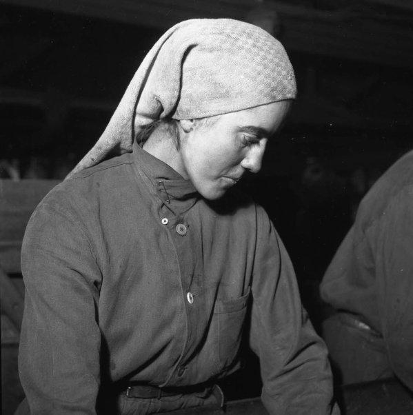 Visage angélique d'une trieuse de charbon vers 1947.