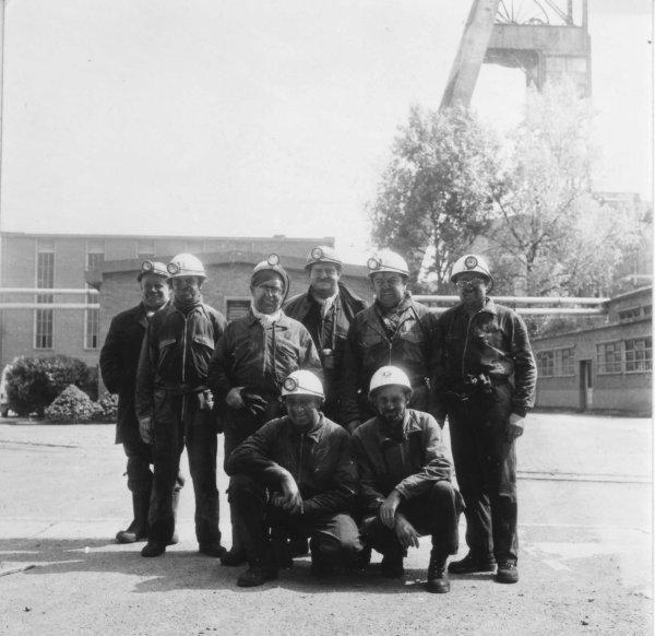 Haillicourt, fosse 6, un groupe d'ingénieurs et  de chefs porions au jour.