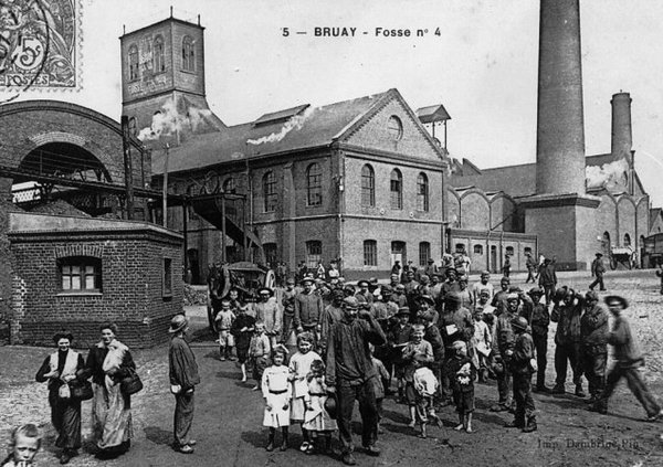 Sortie des mineurs de la fosse 4 de Bruay vers 1900 - 1910.
