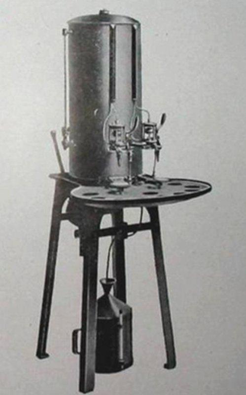 Appareil de remplissage des pots de lampes en benzine ARRAS