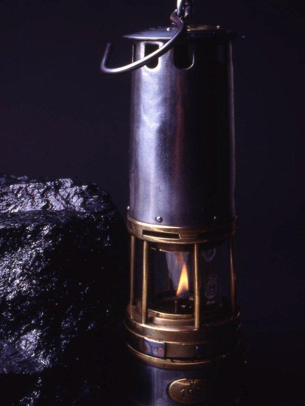 La lampe à flamme, poème d' Henri Raimbaut.