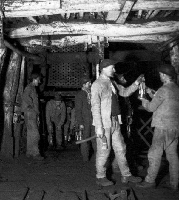 Arrivée des mineurs au fond vers 1910