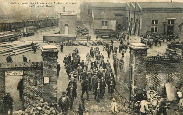 Les anciens ateliers centraux de la Compagnie des Mines de Bruay ou le salut à coup de buldozers