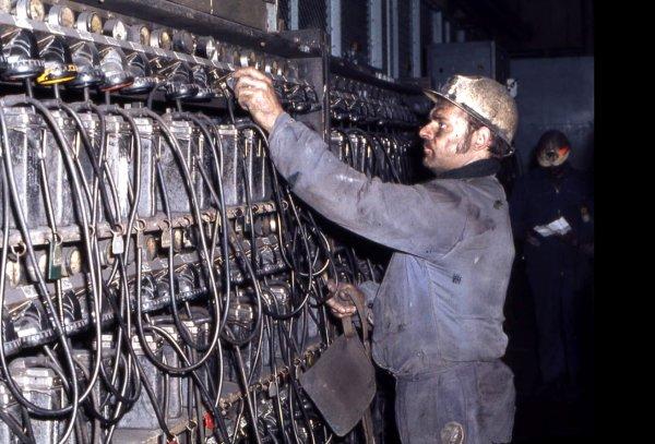 A la lampisterie ( archives C.D.F. années 1970 )