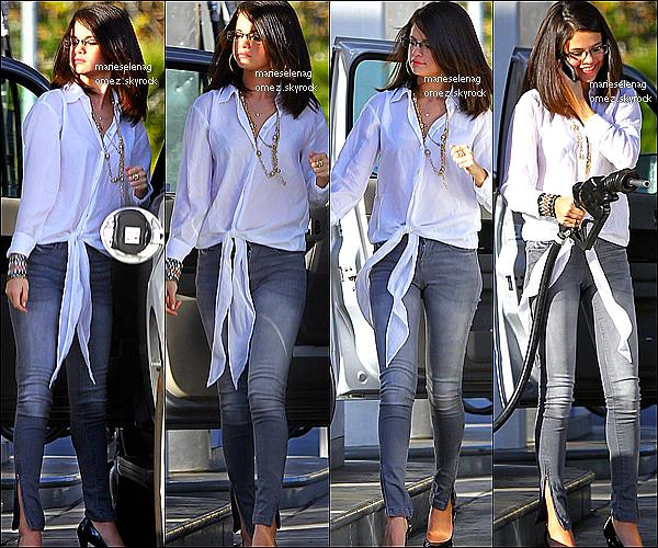 . Le 31 décembre: Selena est allée dîner au Trattoria Dell'Arte avec sa famille, vous aimez sa tenue ? . .