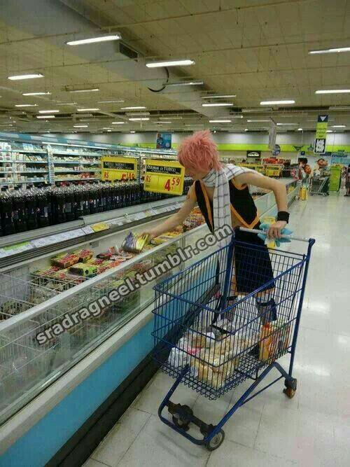 Cosplay natsu qui fait le courses