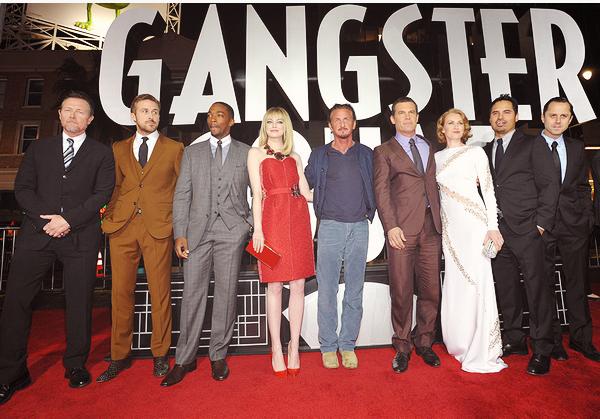 07.01.2013  • Emma et le cast de Gangster Squad étaient à la première mondiale du film à LA.  Emma Stone est toute mignonne dans sa robe rouge Lanvin. Le collier est sympa quoi que un peut gros, nan ? Un beau TOP.