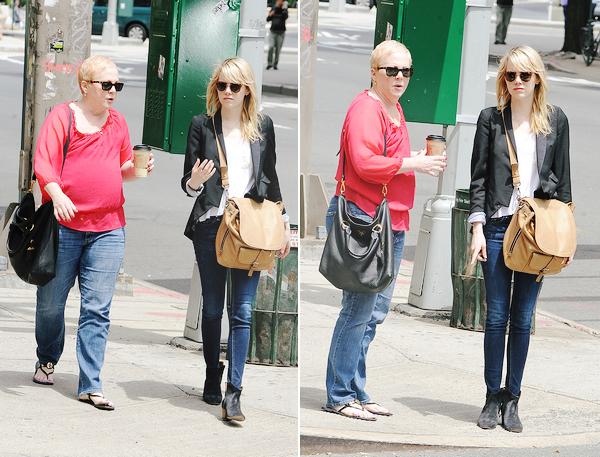 17.05.2013 : Emma Stone a été vu seule puis avec sa maman Krista dans Tribeca à New-York.